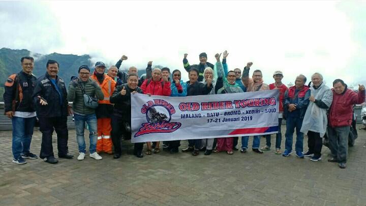 Tim Touring Old Rider tetap bersemangat kendati disergap udara dingin dan diguyur hujan di gunung Bromo, Pasuruan, Jawa Timur. (foto : ist)