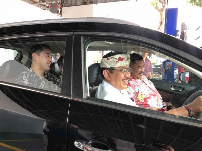 Tjokorda Oka Artha Ardana Sukawati apresiasi 60% komponen lokal SUV rakitan Cikande, Banten ini. (foto: ist)