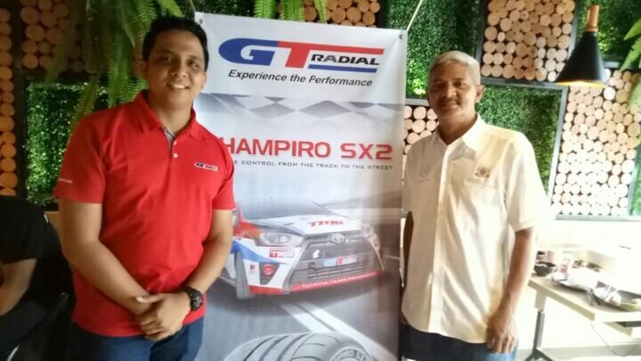 Wahyudi (kanan) dan Rizki Andromerdi, terbantukan dengan harga khusus ban GT Radial untuk balap MBCIRC. (foto : hilary)