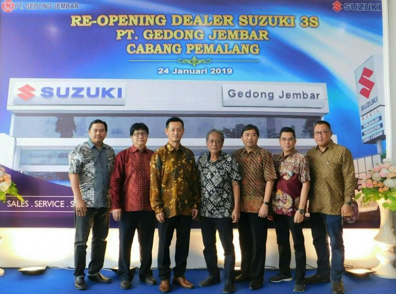 Setiawan Surya dari PT SIS (tengah) pada peresmian outlet 3S di Pemalang, Jawa Tengah. (foto : ist)