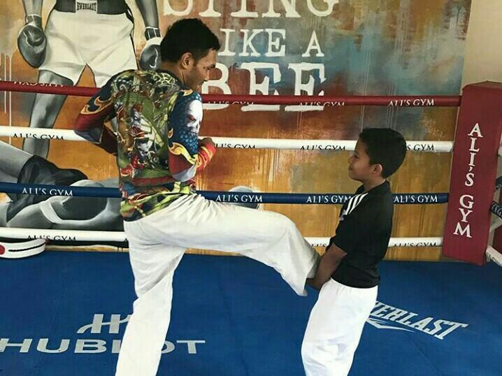 Qarrar Firhand dilatih olahraga tinju oleh seorang instruktur, untuk melatih gerak cepat dan mendahului kompetitor. (foto : ig qarrar)