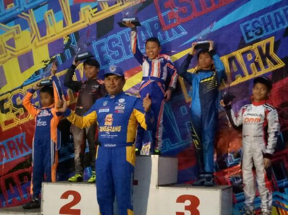 Para juara kelas Mini bersama Fredi Rostiawan, Kabid Olahraga Mobil IMI Provinsi Jawa Barat. (foto : bs)