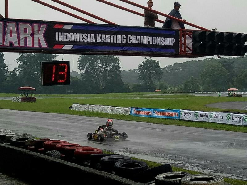 Daffa AB melakukan start brilian untuk melejit sendirian hingga 20 putaran di prefinal. (foto : bs)