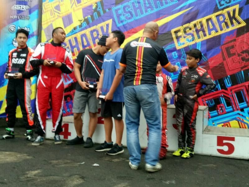 Daffa AB menerima trofi fastest of the day kelas Mini dari Faris Lutfi. (foto : bs)