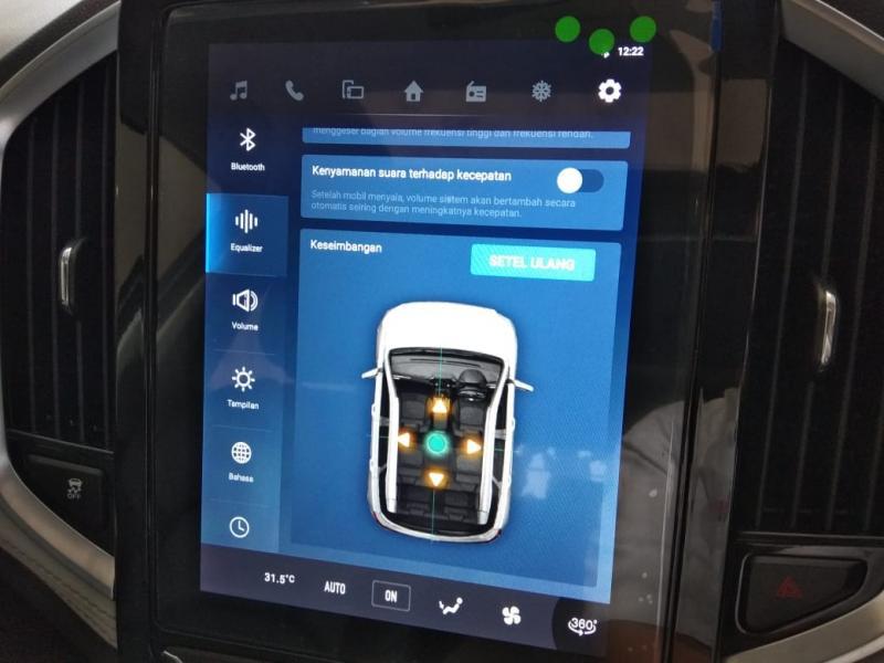 Selain konektivitas multimedia, sejumlah pengaturan di mobil dapat disesuaikan dan diatur lewat layar besar ini. (anto)