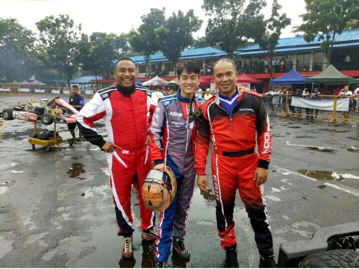 Haridarma Manoppo (kiri), Alan Kwek dan Eris Mahpud, sesaat sebelum final race kelas Expert. (foto : bs)