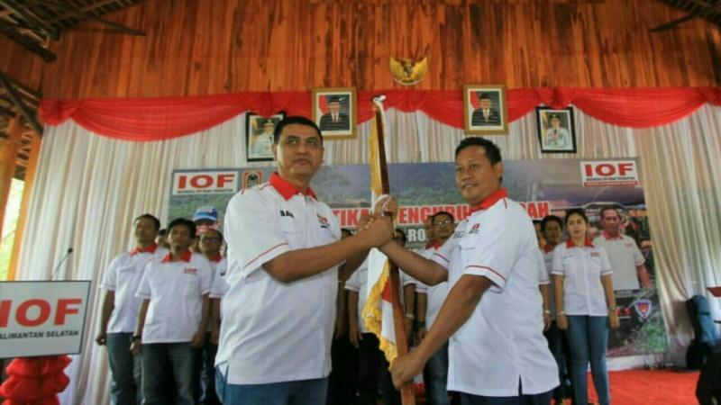 Sam Budigusdian menyerahkan pataka kepada Haryadi sebagai Ketua IOF Kalsel. (foto : ist)