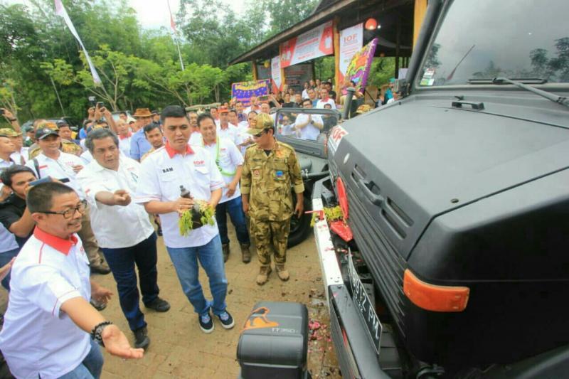 Sam Budigusdian siap memecahkan kendi ke kap mobil Unimog tanda peresmian tim rescue. (foto : ist)
