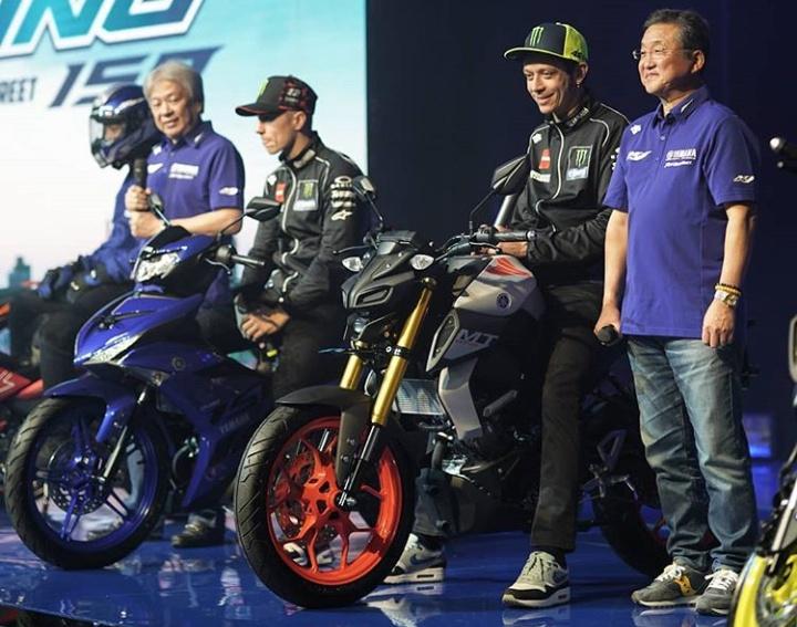 Para pembalap kelas dunia itu sempat membuat kejutan ketika tampil ke atas panggung dengan mengendarai kedua motor baru tersebut.