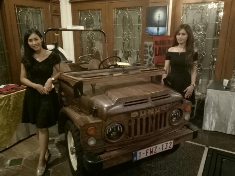 Tentu bukan 2 makhluk cantik itu, melainkan mobil kayunya yang dijual Rp 250 juta dong. (foto : bs)