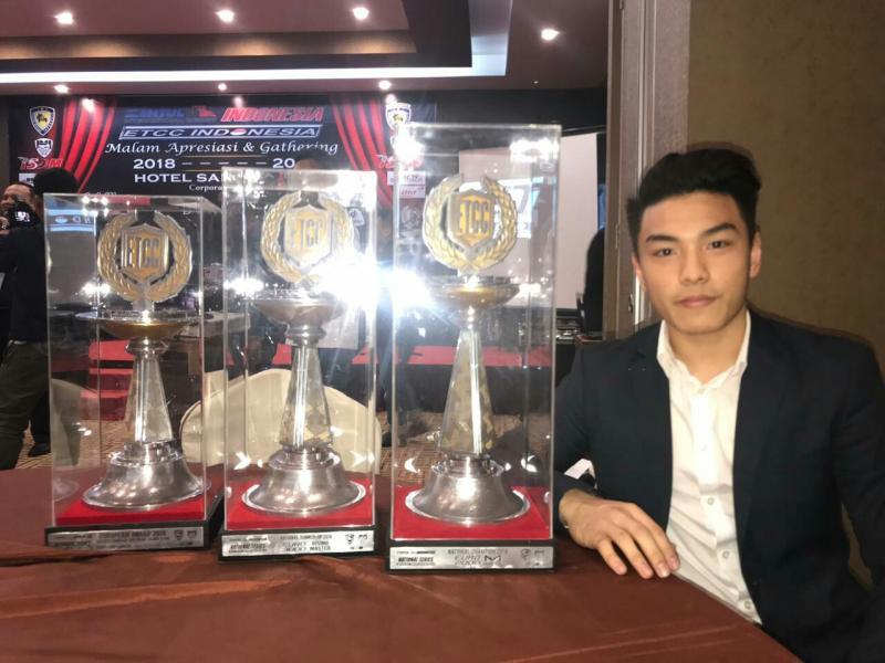 Gerhard Lukita dengan 3 trofi penghargaan dari Malam Apresiasi ETCC di hotel Santika TMII. (foto : ist)