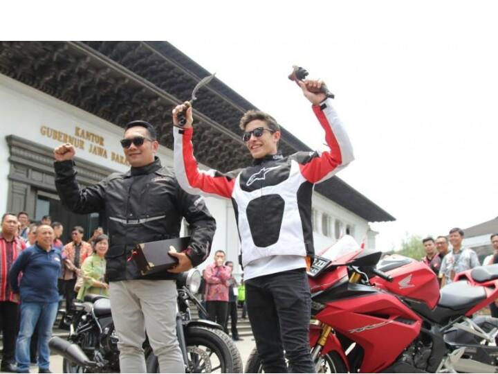 Ridwan Kamil dan Marc Marquez di Gedung Sate Bandung. (foto : ist)