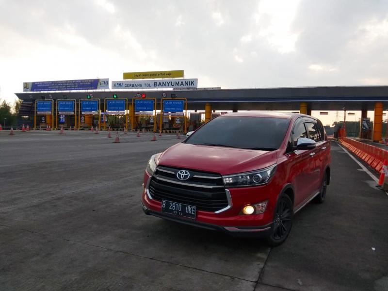 Toyota Venture merupakan strategi PT Toyota-Astra Motor untuk mengisi celah pasar di antara MPV Toyota Kijang Innova dan SUV Toyota Fortuner. (anto)
