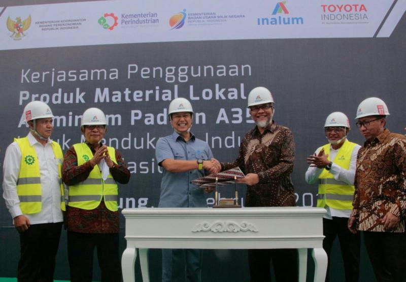 Presdir TMMIN Warih Andang Tjahjono dan Dirut INALUM Budi G Sadikin lakukan MOU pasok aluminium lokal ke Toyota. (foto : ist)
