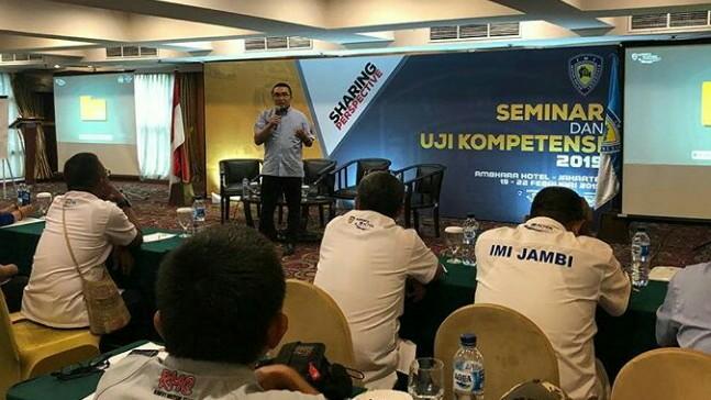 Sadikin Aksa memberikan pengarahan kepada para peserta Seminar & Uji Kelayakan 2019 di hotel Ambhara, Jakarta. (foto : ist)