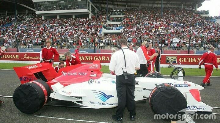 Balapan single seater A1GP berhasil dihadirkan di sirkuit Sentul di masa setelah era reformasi. (foto : id.motorsport)