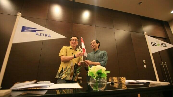Presdir PT Astra International Prijono Sugiarto dan CEO Gojek Nadiem Makarim lakukan MOU di Jakarta. (foto : ist)