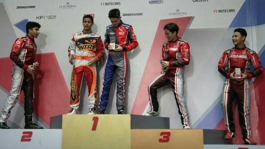 Rava Mahpud (dua dari kiri), menikmati balapan di KF1 Singapore. (foto : ist)