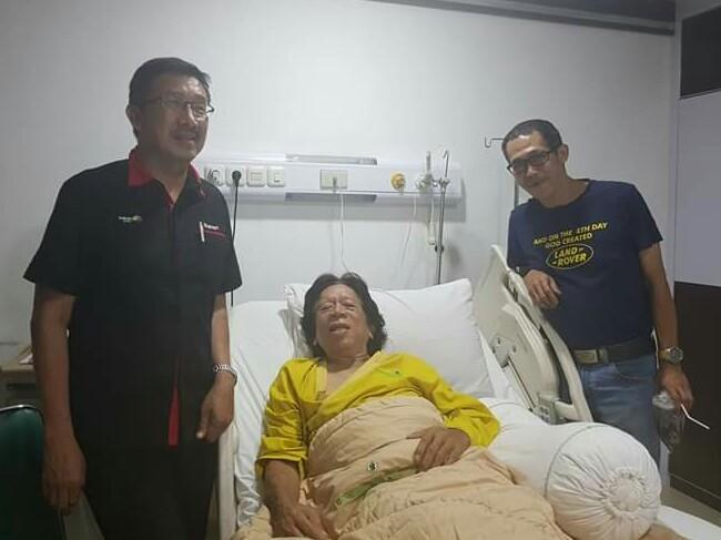 Yuma Wiranatakusuma (terbaring) saat dikunjungi sehabatnya, Wijaya Kusuma Subroto di RSPAD Jakarta. (foto : ist)