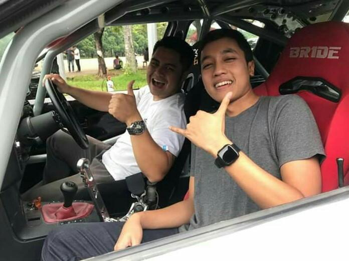 Avila Bahar tandem drifting dengan Valentino Ratulangi di lapangan parkir sirkuit Sentul. (foto : ist)