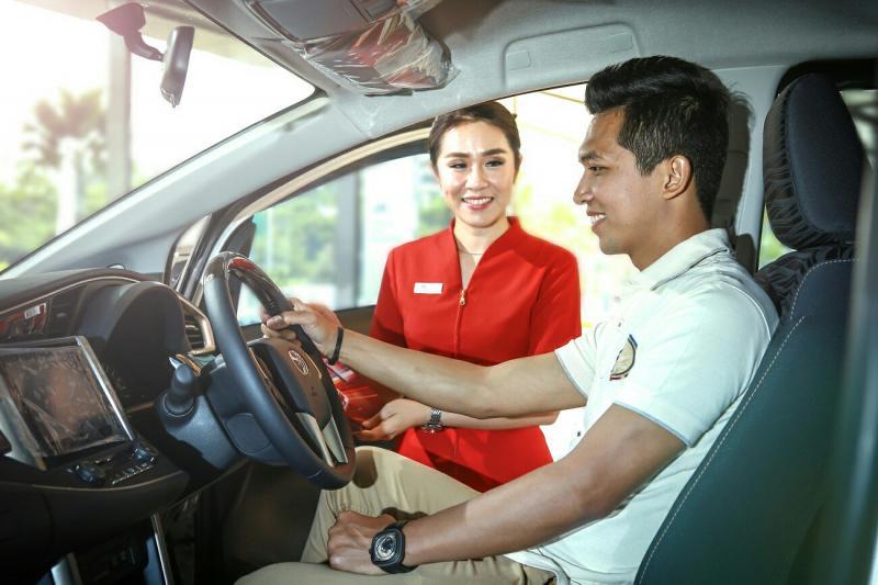 Counter Sales Auto2000 sedang melayani costumer untuk membeli mobil Toyota. (foto : ist)