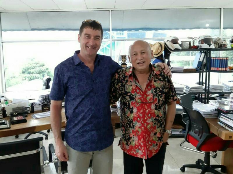 Paul Duparc dan H. Tinton, terkesima dengan eksistensinya di dunia balap Indonesia. (foto : ist)