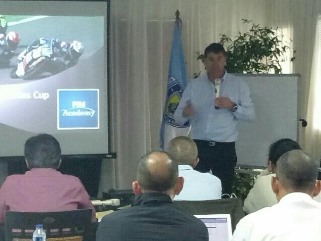 Paul Duparc saat menyampaikan materi seminar FIM di sirkuit Sentul. (foto : bs)
