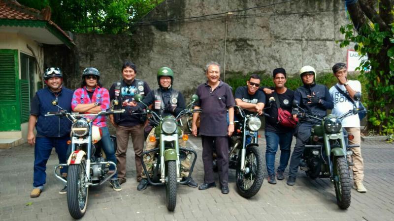 Komunitas pemilik motor Royal Enfield kongkow, makan siang dan rapat di Warung Solo. (foto: ist)