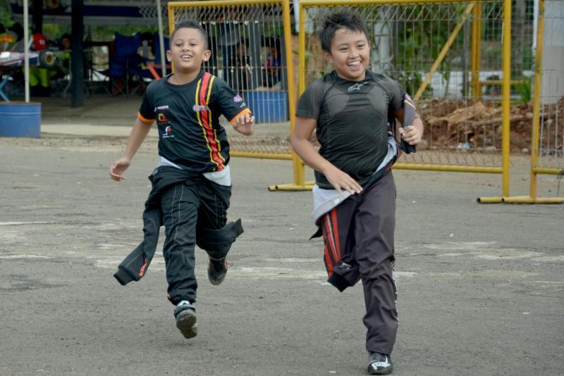 Kanaka Gusasi (depan) dan Qarrar Firhand, di sela-sela latihan di sirkuit gokart Sentul. (foto : fajar)