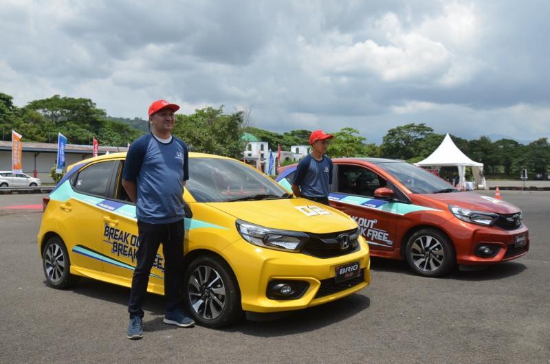 Selesai memberikan presentasi, kegiatan didahului show drive oleh duet ayah anak ini menggunakan dua unit All New Honda Brio RS A/T.