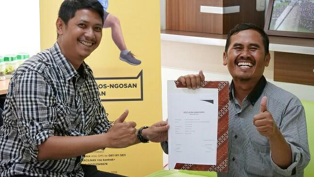 Ade Wahyudin (kanan),  salah satu nasabah asal Desa Sukahaji, Subang, Jawa Barat yang menjadi pemenang program HARCILNAS Adira Finance.