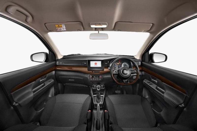 Tampilan interior All New Ertiga Suzuki Sport juga semakin sporty dengan New Color Dashboard dan New Color Seat Materials bernuansa hitam di seluruh bagian dasbor, jok, installation panel dan trim door.