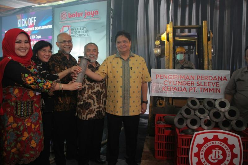 Menperin Airlangga Hartarto mengunjungi koperasi Batur Jaya Ceper, Klaten. (foto : ist)