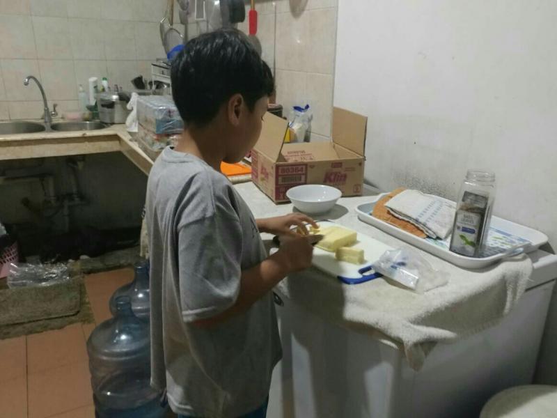 Daffa AB sedang memotong keju mozarela untuk membuat cake. (foto : ist)