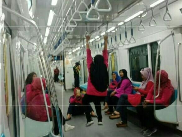Yang penting, kalau naik MRT jangan tiru yang seperti ini yaa (foto : ist)
