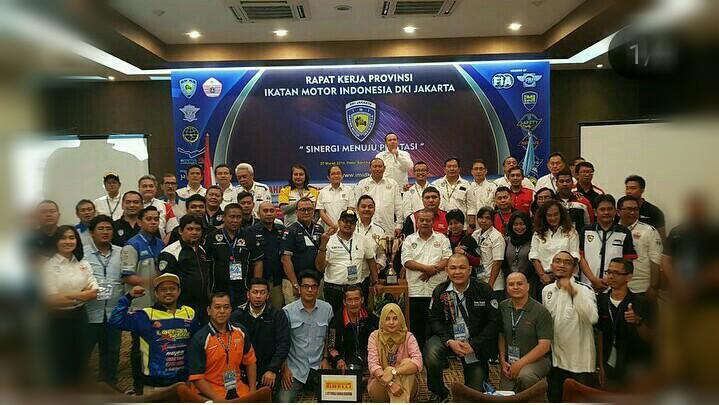 Para pengurus berbaur mesra dengan teman-teman klub anggota IMI DKI. (foto : ist)