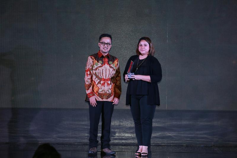 Panji Maulana dan Intan Vidiasari dari PT MMKSI di panggung Otomotif Award 2019. (foto : ist)