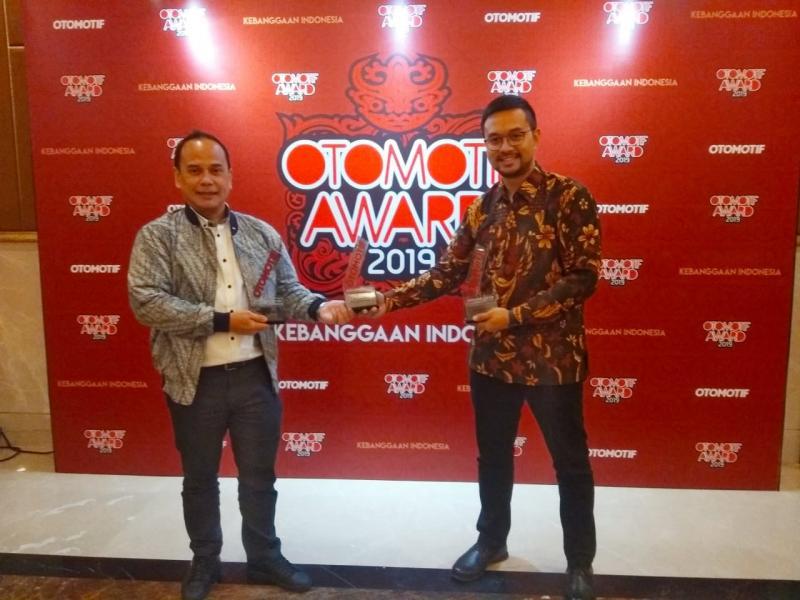 Nino Benedict (kanan), Menurutnya, penghargaan ini akan semakin memacu eksistensi Mazda di Indonesia. (anto)