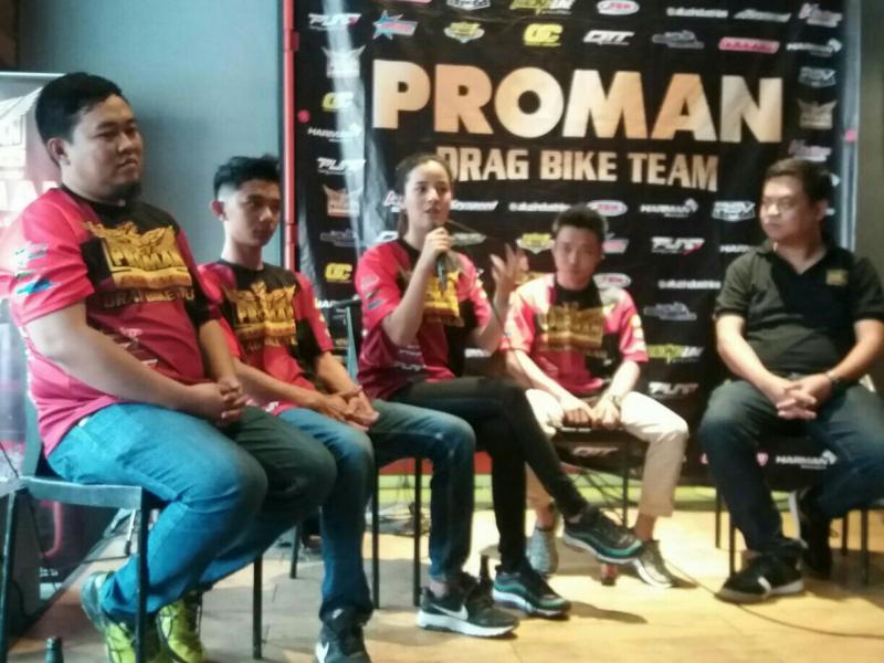 Sabrina Sameh bersama Proman Drag Bike Team dan manajemen saat preskon di Bandung hari ini. (foto : ist)