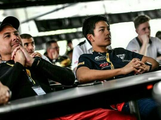 Rio Haryanto saat ikuti briefing di sirkuit Sepang Malaysia pada Jumat hari ini. (foto : ist)