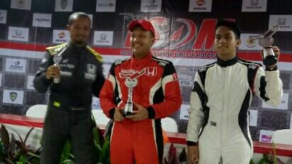 Rio SB (tengah) diapit Fitra Eri dan Zharfan Rahmadi di podium ITCR Production. (foto : bs)