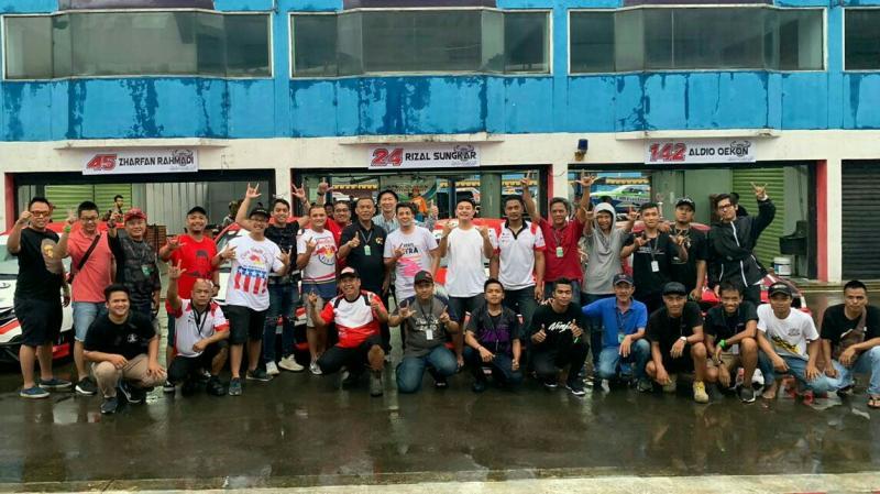 Prasetyo Edi Marsudi bersama pembalap dan kru Banteng Motorsport di sirkuit Sentul Bogor. (foto : bs)