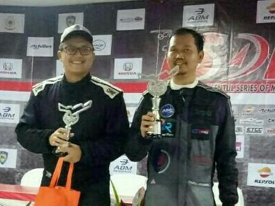 Dokter Fadli Ananda (tidak bertopi), dengan trofi juara 1 ITCR Production. (foto : bs)