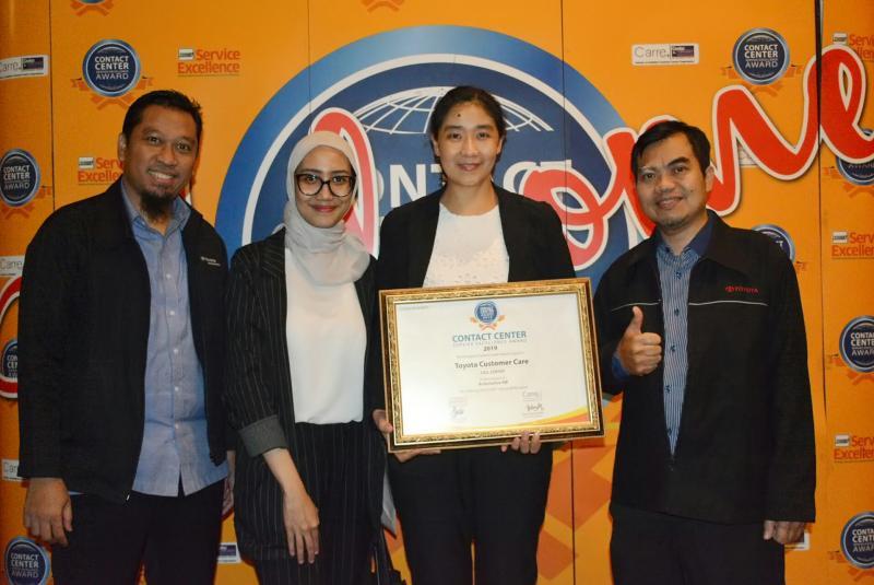 Astrid Augustina Nursalim selaku Customer Relation manager TAM (pegang penghargaan).  (foto : ist)