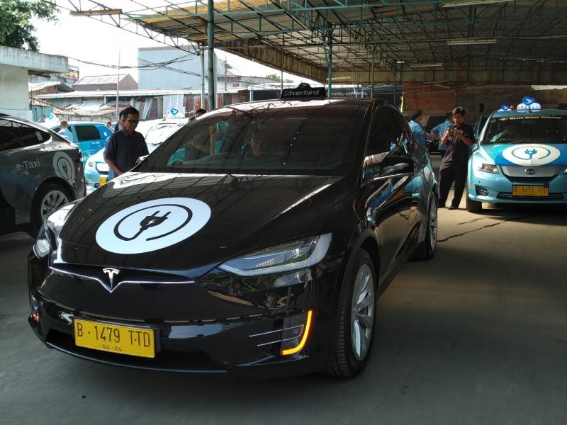 Bluebird luncurkan armada baru, mobil listrik merek Tesla dan BYD