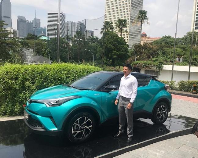 Menurut Rio, C-HR Hybrid menawarkan efisiensi bahan bakar sekaligus mengikuti tren global yang sedang gencarnya mobil ramah lingkungan. (foto: istimewa)