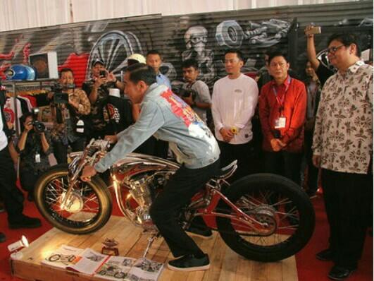 Menperin Airlangga Hartarto (kanan) saat mendampingi Presiden Jokowi di IIMS tahun lalu. (foto : tony)