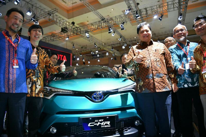 Menperin Airlangga Hartarto sempatkan diri berfoto dengan Toyota C-HR di booth Toyota. (foto : bs)