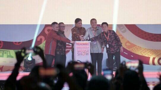 Menperin Airlangga Hartarto, Lilik Oetama dan Hendra Noor Saleh di opening Telkomsel IIMS 2019. (foto : dp)