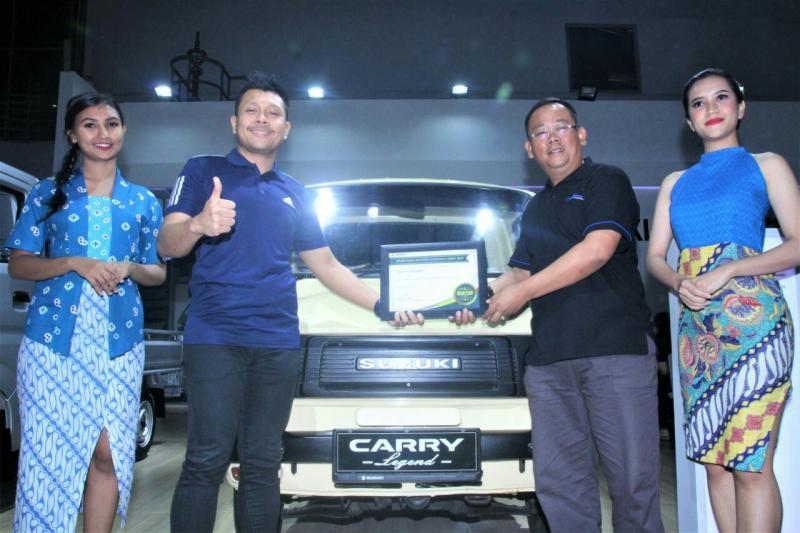 Harold Donnel dari Suzuki berikan hadiah secara simbolis 1 unit Suzuki Carry Pick Up kepada Dang Sani Imansyah. (foto : ist)